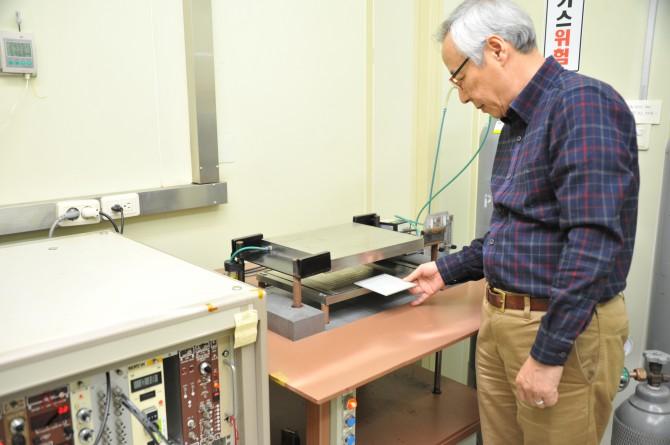 박태순 표준연 전문연구원이 입자방출률 측정표준기로 저준위 방사선 물질 방출량을 측정하고 있다. - 표준연 제공